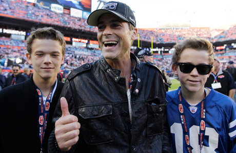 i think rob lowe&#39;s (sodapop) son looks like ponyboy!! (the one on the right)