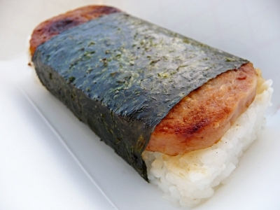 This is a spam musubi (although I prefer the 白饭, 大米 in the middle of the 白饭, 大米 and the nori (seaweed) co