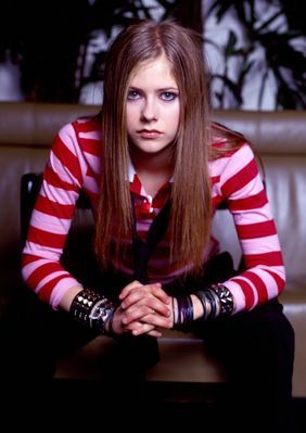 a pic of avril with rosado, rosa hair