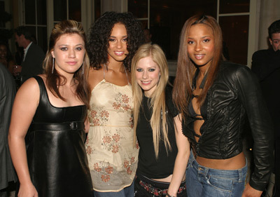 Here :) (from left to right : Kelly , Alicia Keys , Av , Ciara) a pic of av with Deryck and Evan.
