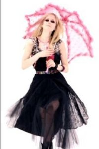 Ahhh...ok here's the pic i wanted. Ok now i want a pic of Avril holding bouquet