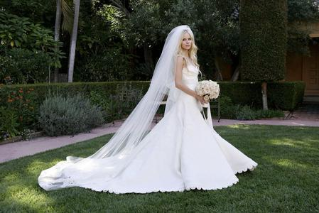 Here :) she look wonderful in her wedding dress :D a pic of Avril jumping :)