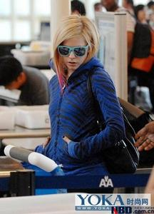 Avril in bluse glasses :) i want a pic 4 avril dancing