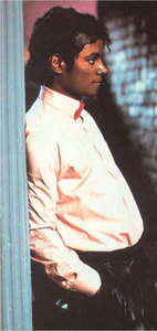 I cinta all pictures of Billie Jean,but in this picture I like the way he stands,the way he looks...an
