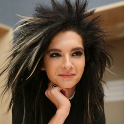 Happy birthday Bill. have a nice 日 ♥' (The picture: get that smile on 你 face today (:)