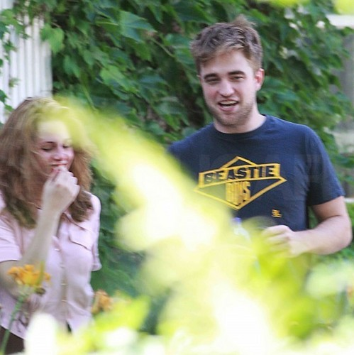 আরো pictures of Rob's visit with Kristen.