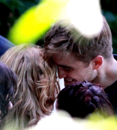 Rob & Kristen get cozy on set [august 13th]