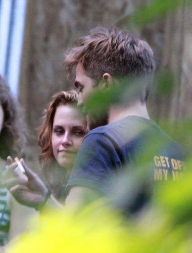 Robert Pattinson and Kristen Stewart Get Cozy on Set