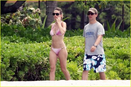 Hilary Swank: 담홍색, 핑크 Bikini in Hawaii!