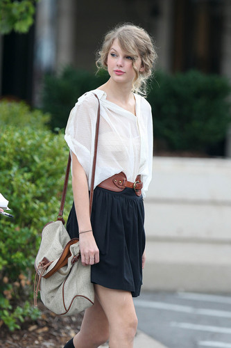 "Taylor Swift wallpaper entitled Out to lunch at ""Bricktops"" in Nashville"