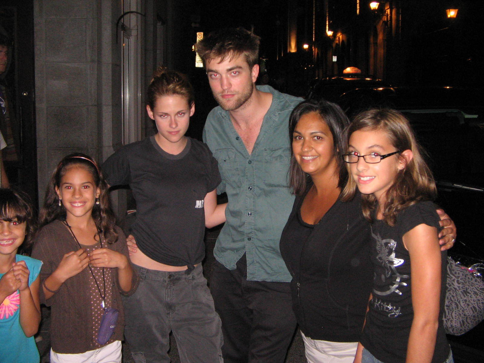 Rob-Kristen-with-fans-August-15-robert-pattinson-and-kristen-stewart