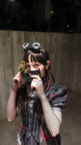 The Shy 제비꽃, 바이올렛 puts on a mask of cogs & gears