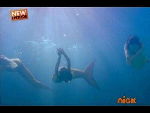 3 girl swimming