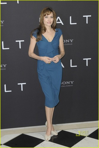 Angelina Jolie: 'Salt' Photocall in Berlin!