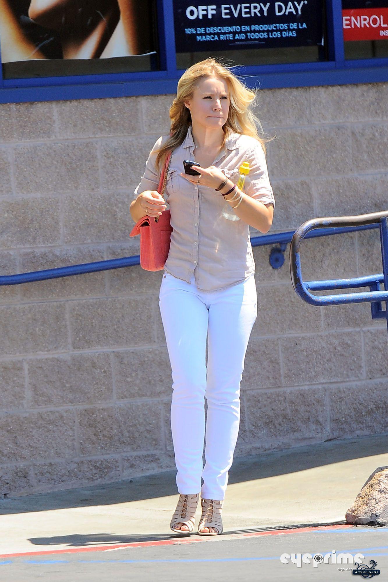 Kristen Bell Kristen Exits Rite Aid in Culver City (August 18)