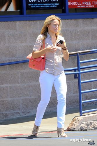 Kristen Bell wallpaper titled Kristen  Exits Rite Aid in Culver City (August 18)