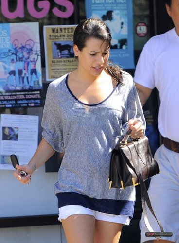 LEA MICHELE PICKS UP HER DRY CLEANING - AUGUST 20, 2010