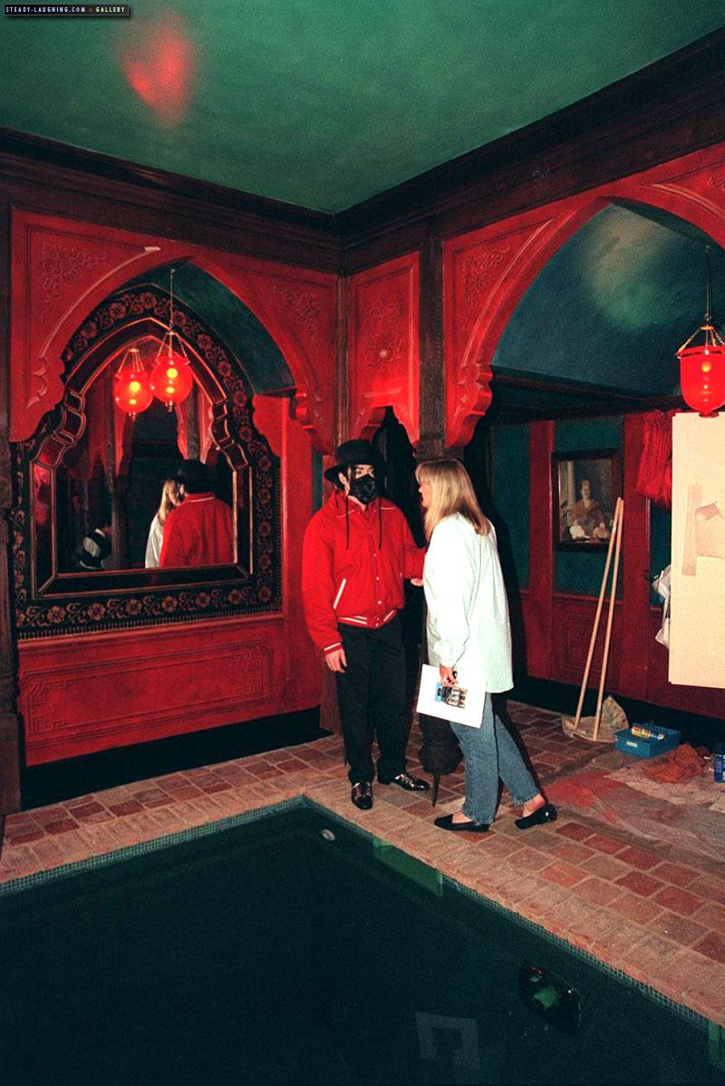 MJ visits Champ de Bataille lâu đài with Debbie Rowe