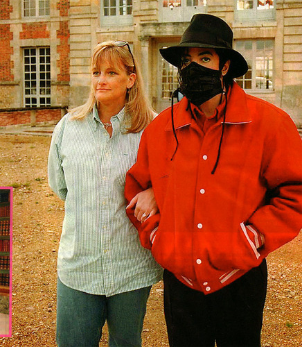 MJ visits Champ de Bataille 성 with Debbie Rowe
