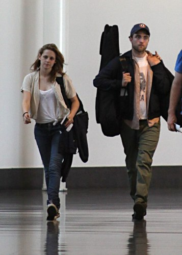 Robert Pattinson karatasi la kupamba ukuta called Rob and Kristen leaving Montreal