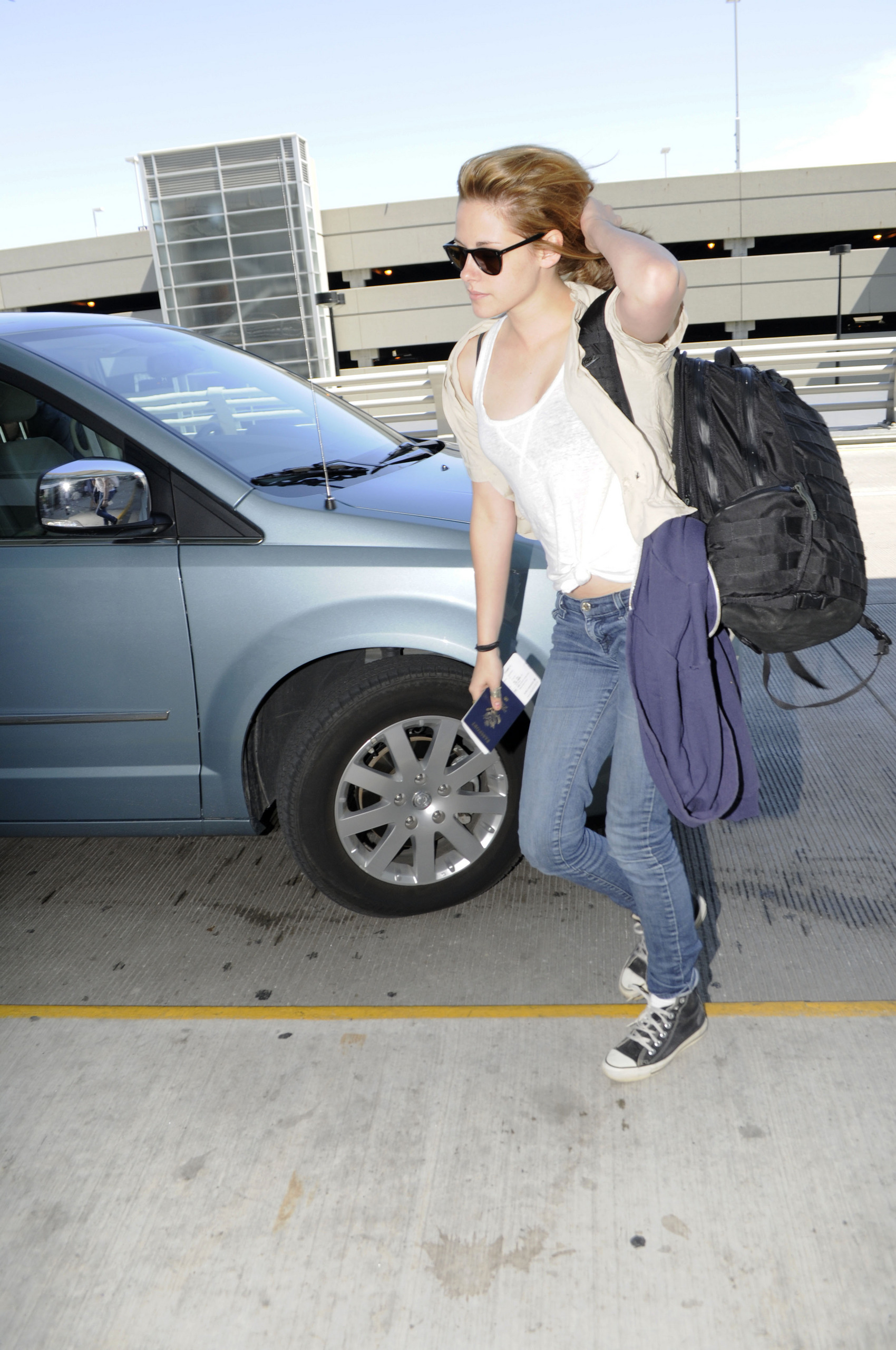 pics of Kristen at the airport in Montreal