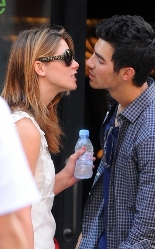 ciuman for Ashley and Joe Jonas!