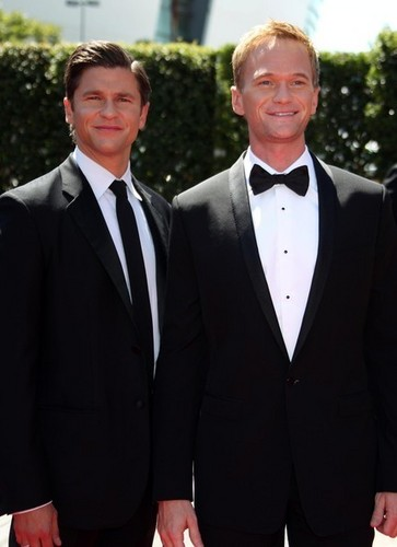 Neil Patrick Harris & David Burtka @ the 2010 Primetime Creative Arts Emmy Awards