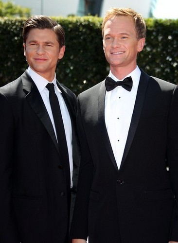Neil Patrick Harris & David Burtka @ the 2010 Primetime Creative Arts Emmy Awards