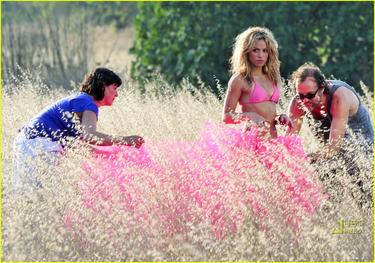 Shakira: Bright Bikini in