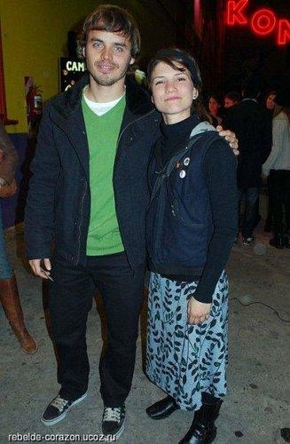 Benja y Cami viendo a Felipe en el teatro