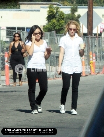 Jenna and Dianna on set 26/08/2010