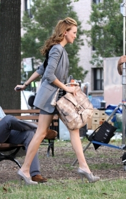 Katie on set Gossip Girl