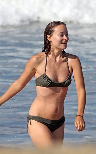 Olivia Wilde @ the समुद्र तट (24 August, 2010)