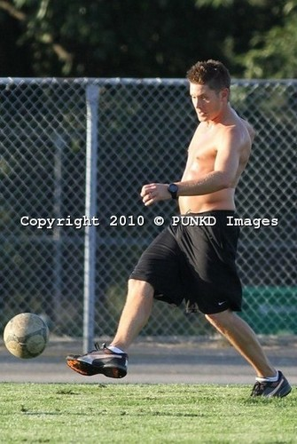 Fußball shirtless