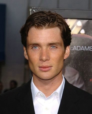 Red Eye achtergrond with a business suit and a suit called Cillian at the Red Eye Premiere