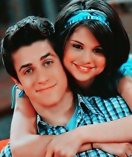 Selena Gomez na Demi Lovato karatasi la kupamba ukuta containing a portrait called David Henrie & Selena gomez..,<(
