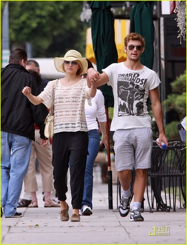 Dianna Agron & Alex Pettyfer: Breakfast Buddies