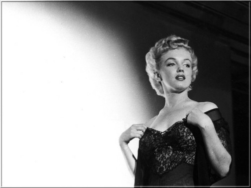 Marilyn Monroe wallpaper possibly containing a cocktail dress, a dinner dress, and a dress entitled Marilyn Monroe