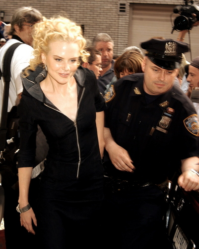 Nicole Kidman wallpaper probably containing dress blues, regimentals, and a green beret called Nicole arriving at the David Letterman Show