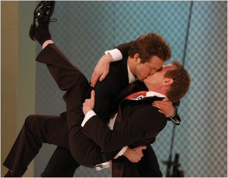 Ryan reynolds beso gay