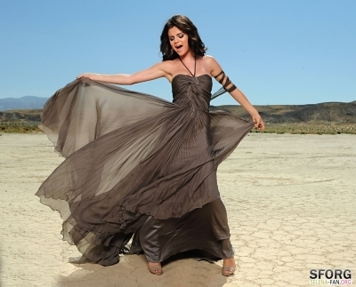 A Year without Rain Music Video stills HQs - Selena Gomez 400x323