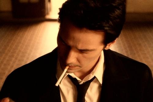 продаже киану ривз курит 4 пачки сигарет спанч боб своими