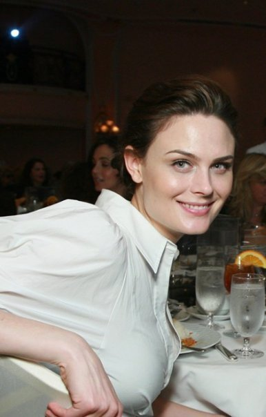 Facebook | Emily Gallagher - Página 2 Emily-deschanel-15273733-386-604