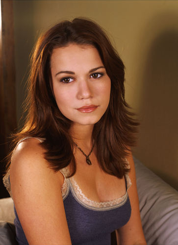 Haley James Scott 壁紙 possibly containing attractiveness, a bustier, and a portrait called Haley <3<3