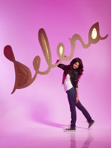 Miley Cyrus vs. Selena Gomez kertas dinding possibly with a Tenis player, a Tenis racket, and a Tenis pro titled selena