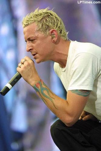 Chester Bennington wallpaper probably containing a concert titled Chester <3