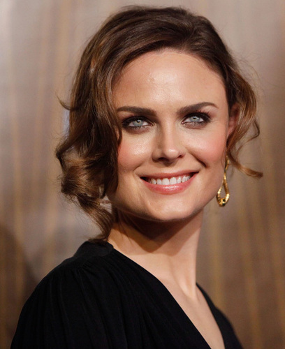 Emily Deschanel দেওয়ালপত্র containing a portrait called Emily Deschanel