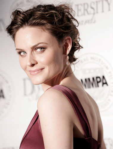 Emily Deschanel wallpaper containing a portrait entitled Emily Deschanel