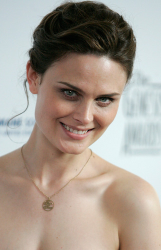 Emily Deschanel wallpaper possibly containing a hot tub, skin, and a portrait called Emily Deschanel