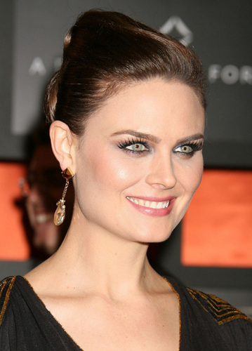 Emily Deschanel fond d'écran with a portrait entitled Emily Deschanel